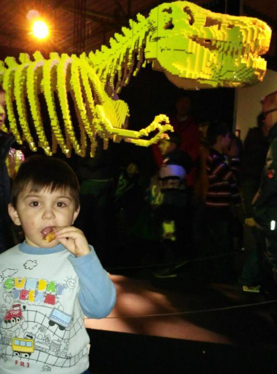 Динозавр из конструктора Лего