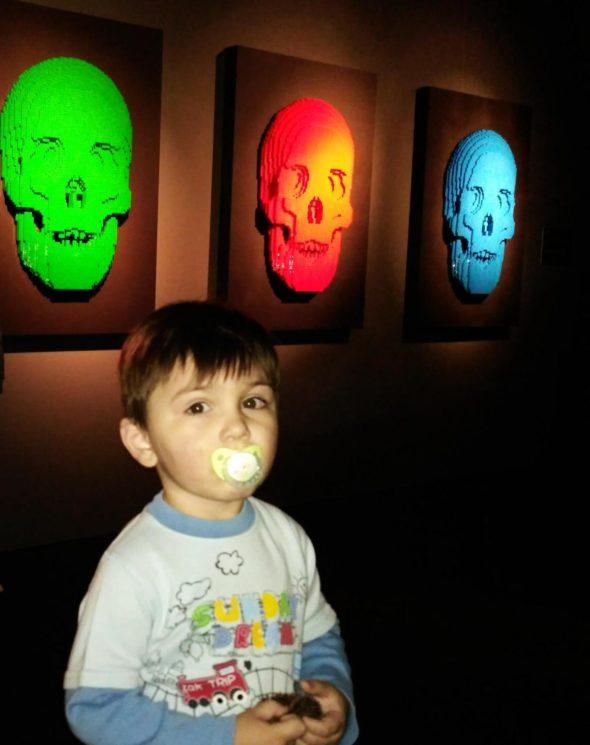 """Разноцветные черепа на выставке """"Искусство лего"""""""