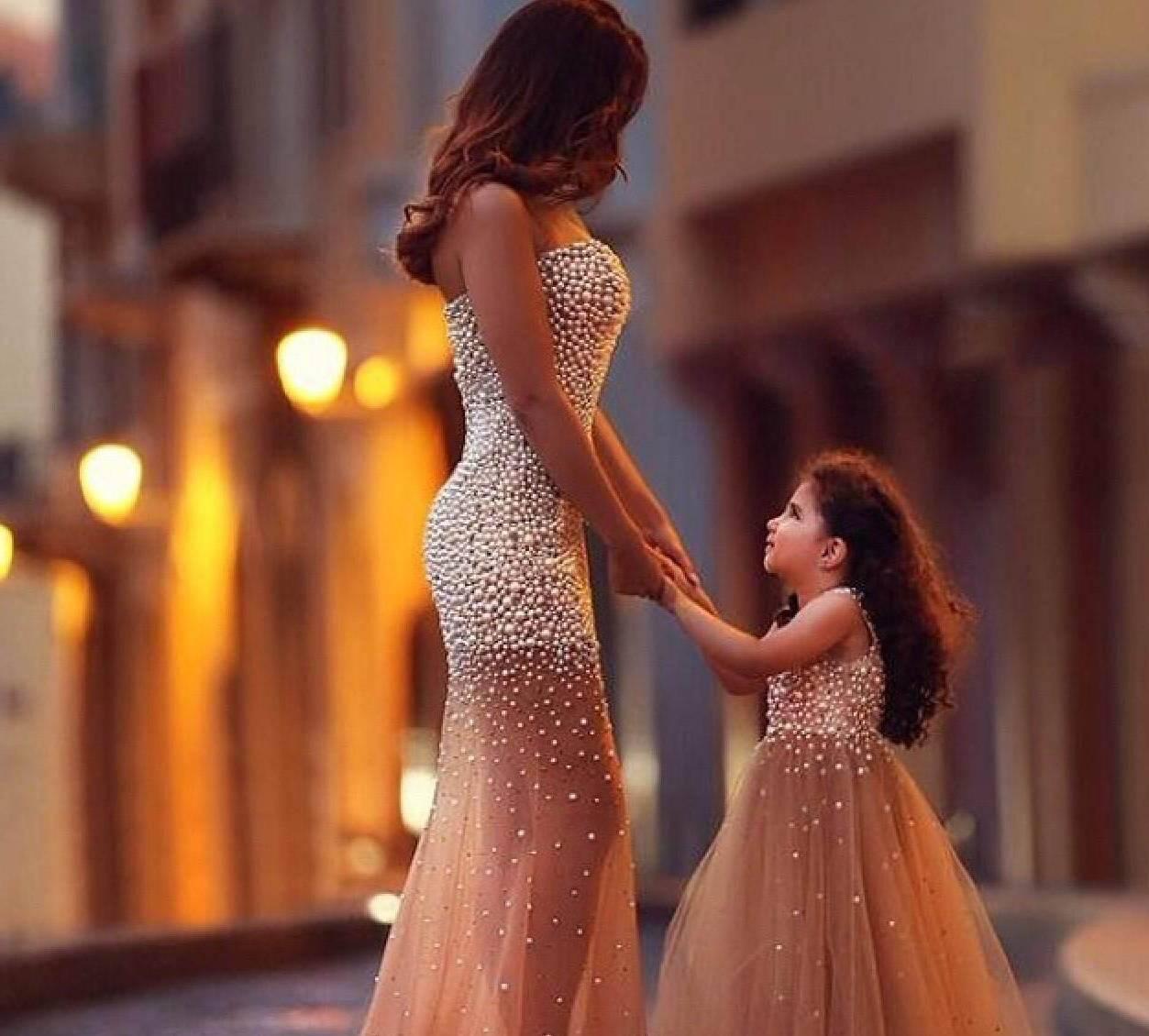 55b5c37307b Однако по желанию тона платьев могут немного отличаться. Такой вариант чаще  всего шьют на заказ